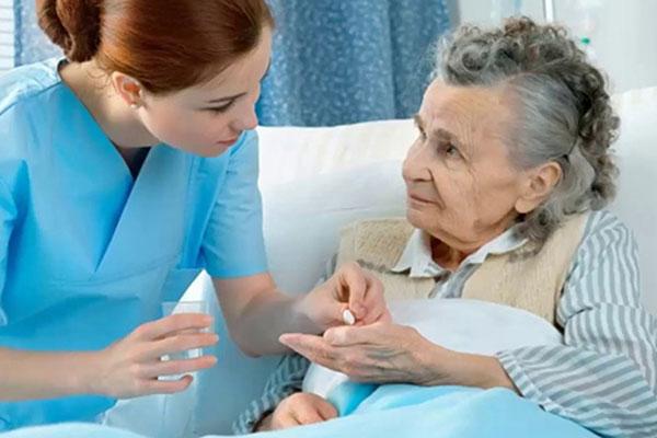 Thuê Người Chăm Sóc Người Già Liệu Có Tốt Hay Không ?